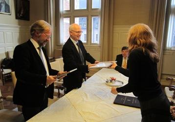 Herber en Schomaker ontvangen de award uit handen van Clara Coepijn