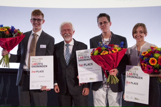 Ryan Bogaars (masterstudent Process and Energy Technology, Delft University), President Sibrand Poppema (University of Groningen), winner Andries de Vries (student Energy and Environmental Sciences, University of Groningen), Viktoriia Starokozhko (PhD student Bioartificial Liver, University of Groningen).