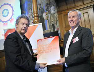 Anton Scheurink was presented with the award by Rector Magnificus Elmer Sterken. Foto: Elmer Spaargaren