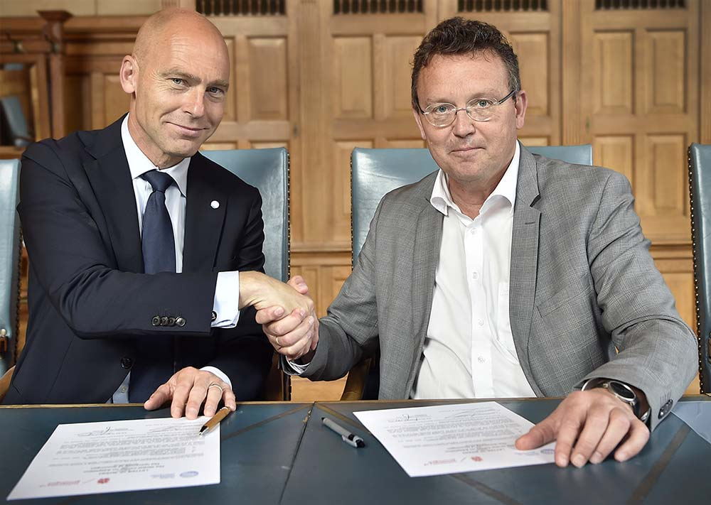 Signing the letter of intent by prof. dr. Patrick Verkooijen and prof. dr. Jouke de Vries