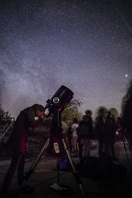 Student looking at the starry night. Photo: Erik Slot Fotografie