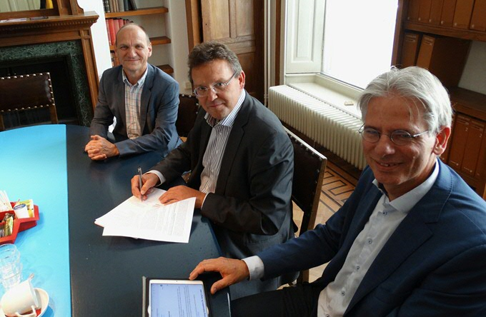 Signing agreement between the University of Toulouse and University of Groningen/Campus Fryslân