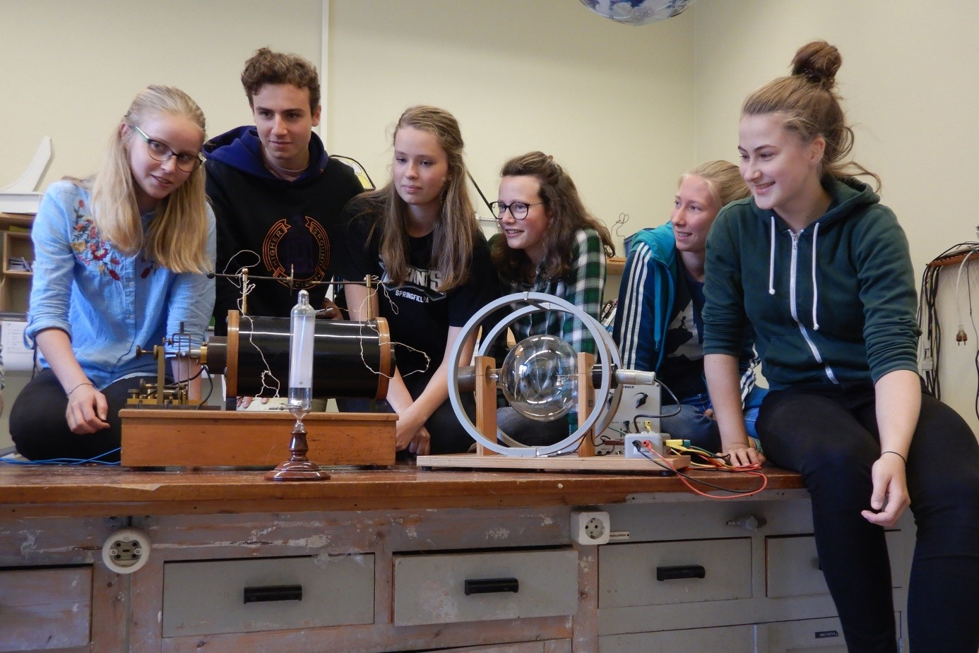 The particle peers (Isabelle Koster, Abracha Koens, Cecile Wiersema, Janiek Weening, Frederiek de Bruine, and Ilja de Goede) in the physics lecture room of the Praedinius gymnasium Groningen (photo credit Kirsten Stadermann)