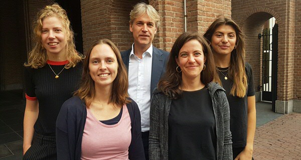 Prof. Marcel Broersma (middle), dr. Joëlle Swart (second from the left) en dr. Anna van Cauwenberge (second from the right), with research assistants.