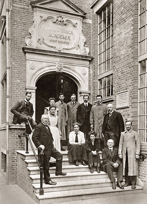 The entire staff of the Library in 1919!