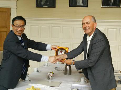 Prof. Xi Tao (l) and prof. Jan Jans