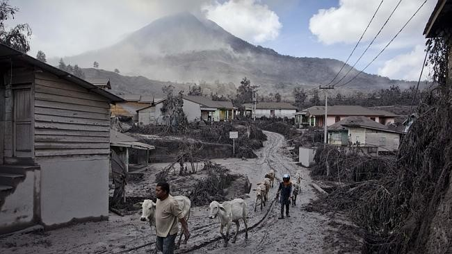 People fleeing from Mount Sinabong, Indonesia