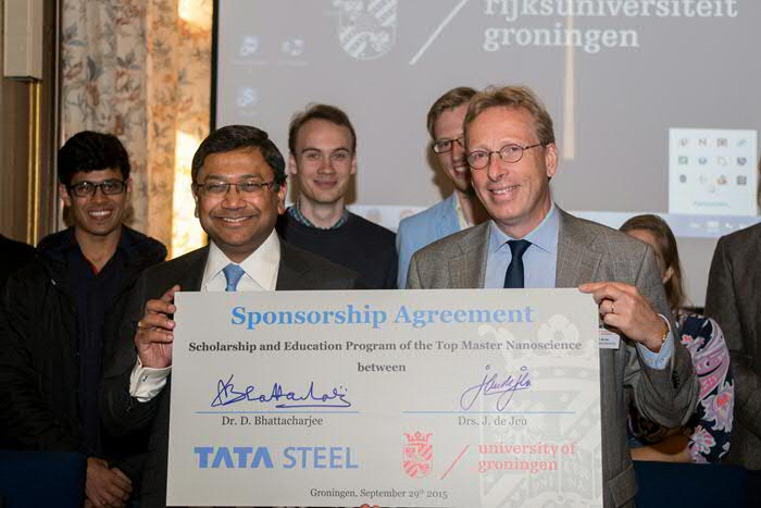 Dr. D. Bhattacharjee from Tata Steel en vice president of the RUG Jan de Jeu signed the agreement