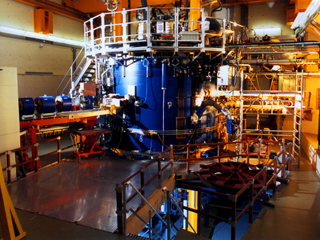 The KVI has a particle accelerator: the AGOR cyclotron. In principle, AGOR can accelerate any element in the periodic system using the Lorentz force. ©2006 FOM.