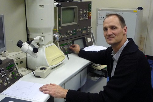 Bart Kooi with an electron microscope | Photo Science LinX