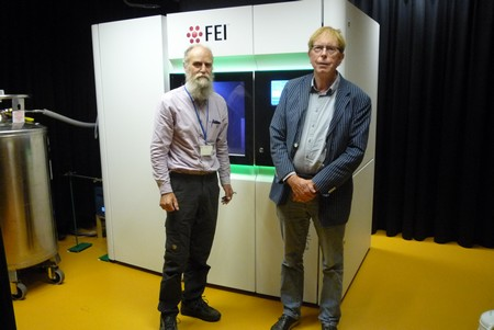 Gert Oostergetel (l) and Egbert Boekema by the new electron microscope | Photo Science LinX.