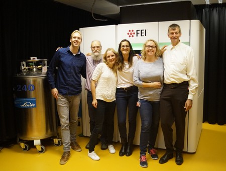 The Paulino group in front of the cryo elektronmicroscope. LTR: Michiel Punter (IT support staff), Gert Oostergetel (EM facility manager), Alisa Garaeva (PhD Student), Cristina Paulino (PI), Lisa Hielkema (PhD Student), Marc Stuart (EM facility manager) | Photo Paulino lab