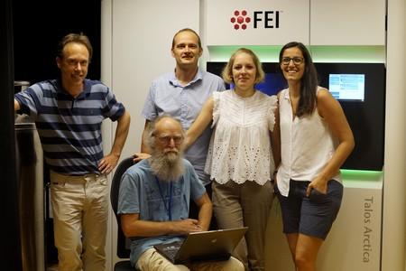 Staand: Dirk J. Slotboom, Albert Guskov, Alisa A. Garaeva en Cristina Paulino. Zittend: Gert T. Oostergetel | Foto GBB/RUG