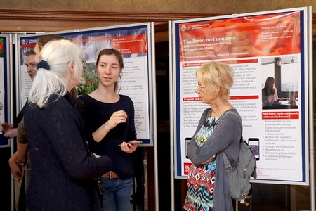 Discussion next to a poster | Photo Science LinX